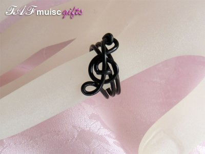 Blacke treble clef music themed statement ring