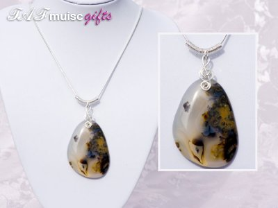 Treble clef interesting Agate necklace